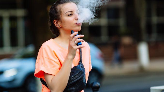 une fumeuse de cigarette électronique