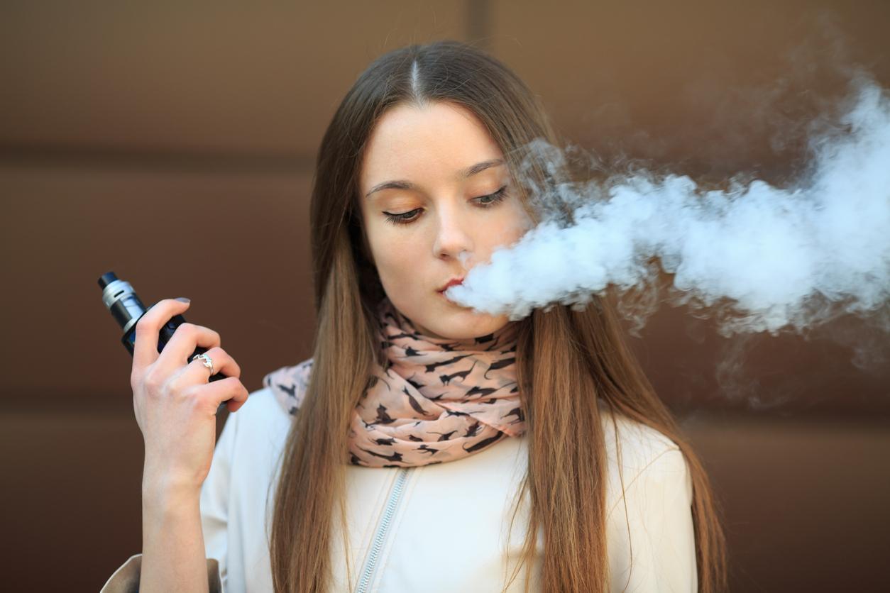 Une vapoteuse qui fume