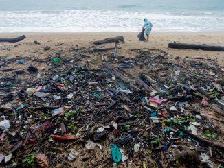 Plage polluée par le plastique