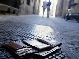 Portefeuille sur le sol