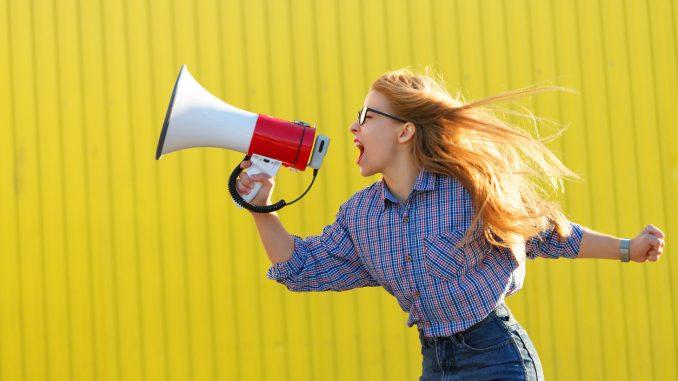 Une femme qui hurle dans un mégaphone
