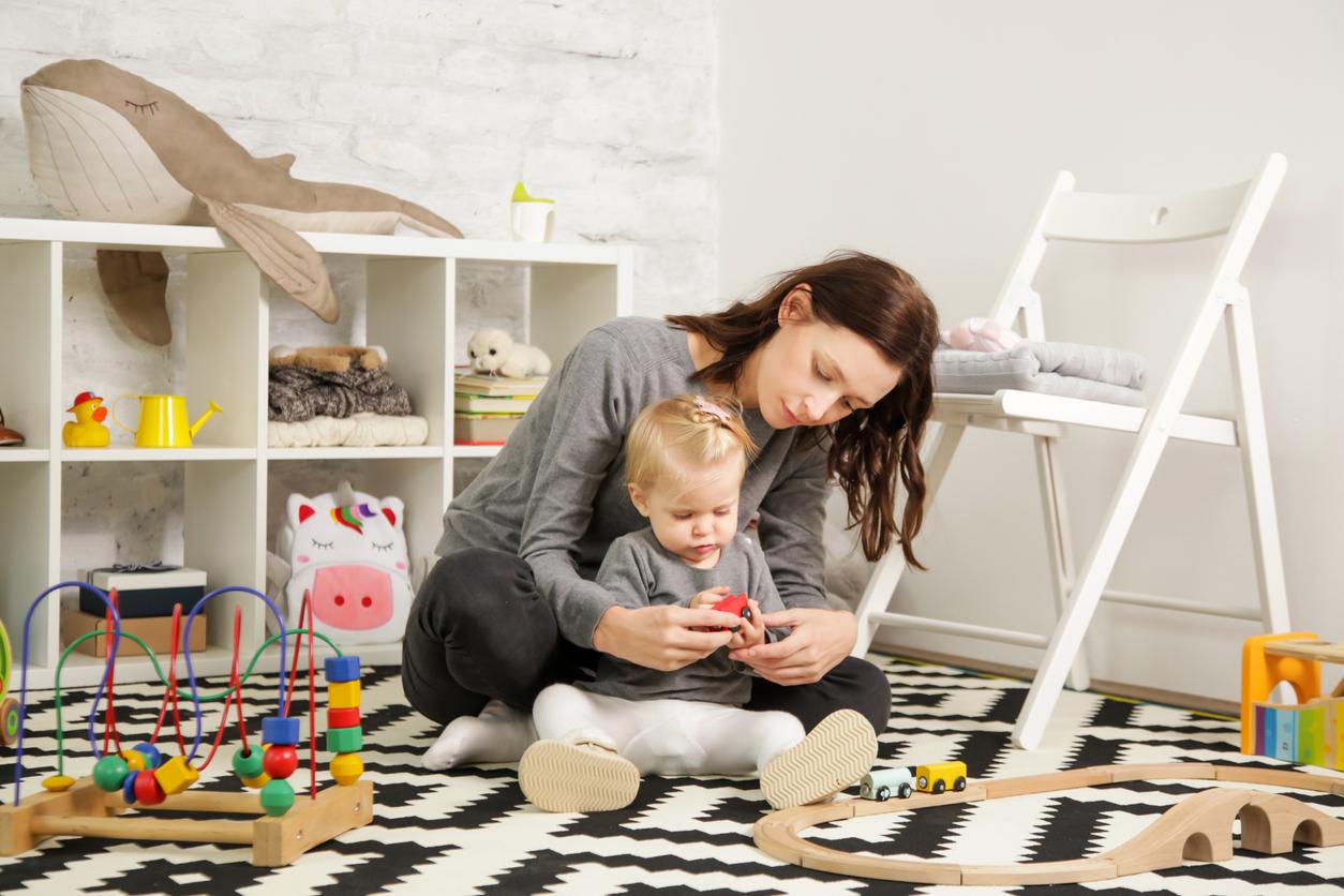 Une puéricultrice avec un enfant