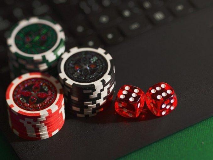 Dés et jetons de poker sur un ordinateur