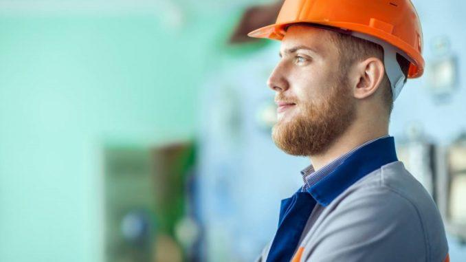 Homme avec un casque orange