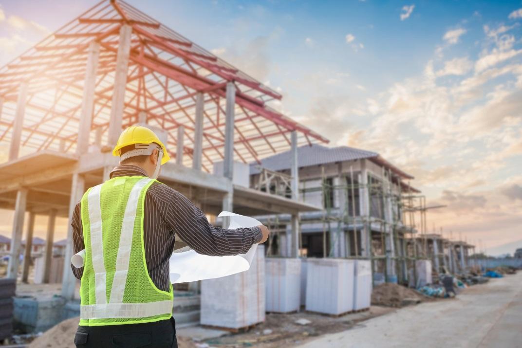 Homme en gilet sur un chantier