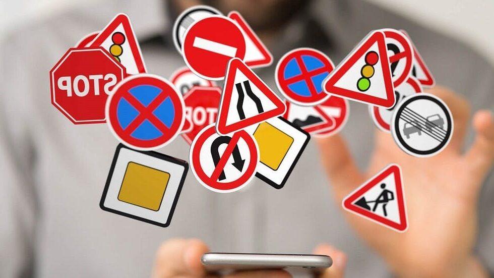 Des panneaux du code de la route et un smartphone