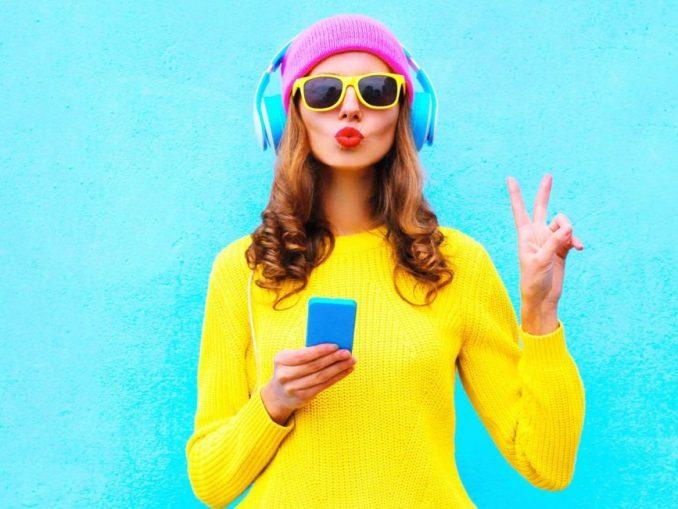 Femme avec casque de musique