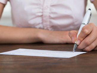 femme signe chèque