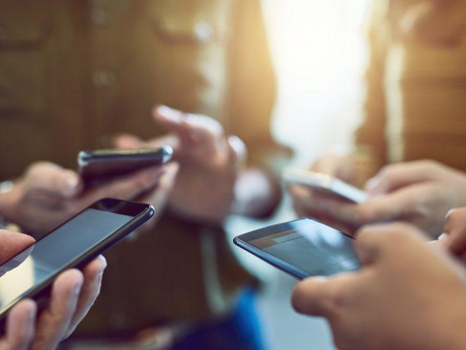 5 personnes tenant un téléphone dans leurs mains