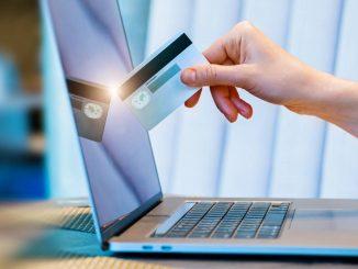 Un ordinateur et une carte bancaire
